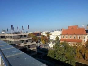 To widok na północny zachód z dachu Renomy, widać Narodowe Forum Muzyki, kościół przy ul. Świdnickiej, gmach Opery Wrocławskiej, dach kościoła Św. Doroty i kilka innych.
