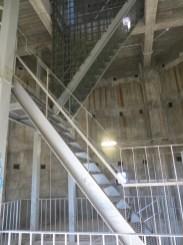Takimi schodami dochodzi się na samą górę wieży.