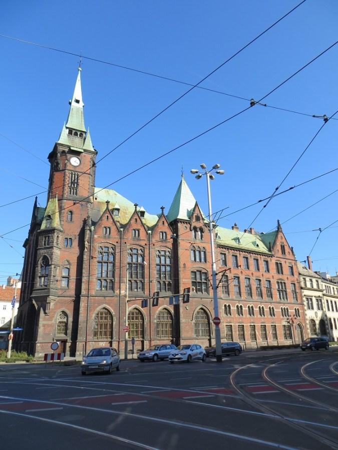 Gmach byłej biblioteki w całej okazałości, trochę jak zamek :)