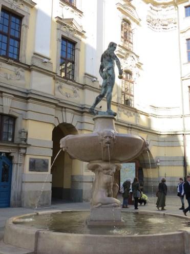 Słynny szermierz, fontanna stojąca przed gmachem uczelni, jedna z atrakcji turystycznych i miejsce chętnie fotografowane :)