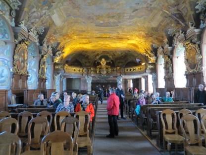 """""""Aula Leopoldyńska, największa i najbardziej reprezentacyjna część głównego gmachu Uniwersytetu Wrocławskiego, to cenny i unikatowy zabytek świecki późnego baroku. Wzniesiona w latach 1728-1732 wraz z całym kompleksem budynków uniwersyteckich, otrzymała swoją nazwę na cześć cesarza Leopolda I, fundatora Uniwersytetu w roku 1702"""" - to opis z oficjalnej strony internetowej muzeum UW. Co tu dużo pisać, to trzeba zobaczyc :) http://muzeum.uni.wroc.pl/plan-zwiedzania/aula-leopoldina/"""
