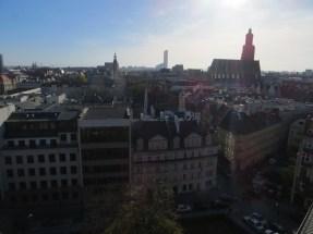 Widok na dachy miasta z Wieży Matematycznej, widzimy dachy Starego Miasta, Ratusz, bazylikę Św. Elżbiety, a w tle Sky Tower.