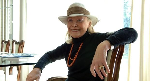 Signora sorridente con cappello