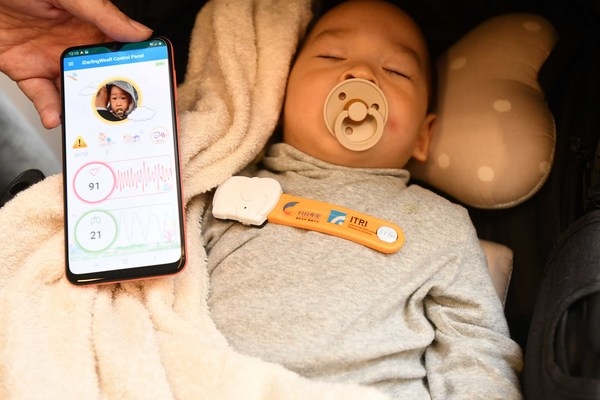 iDarlingWeaR employs harmless low-power radar sensing technology to detect pulse and chest motion and enable long-term heartbeat and respiration monitoring, without direct contact with baby skin.