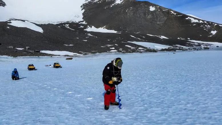Chris Turney sammelt Eisprobe