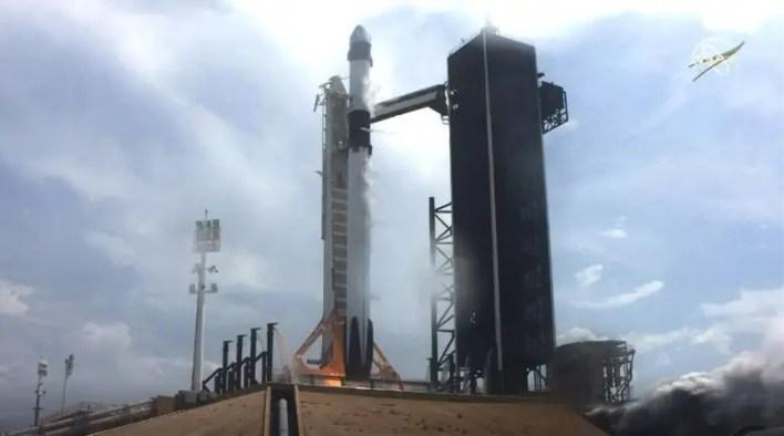 SpaceX Mürettebat Ejderha Uzay Aracı Falcon 9 Roket
