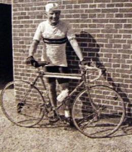 Erling Kristensen fremviser en ældre model klubtrøje.