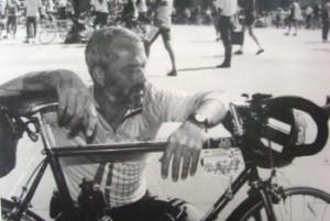 Arne Brændmose meditere foran rådhuset i Paris.