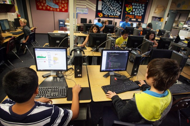 Students learn at a digital arts class at North Ridge Elementary School in 2014. ORG XMIT: RIV1406021404050461