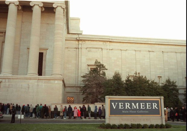 KRT ENTERTAINMENT STORY SLUGGED: HOTSHOWS KRT PHOTOGRAPH BY CHUCK KENNEDY (KRT9-Feb. 9) Visitors to the National Gallery of Art in Washington stand in line to see an exhibit of the works of Johannes Vermeer. Some arrive by 6:00 a.m. to queue up for one of the 2,000 same-day tickets. The show closes Feb. 11. (as32:02 PM) 1995 (COLOR)