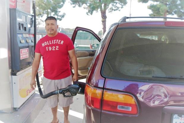 José Guillen opina que el aumento a la gasolina afecta el bolsillo de todos. /Jorge L. Macías para Excelsior