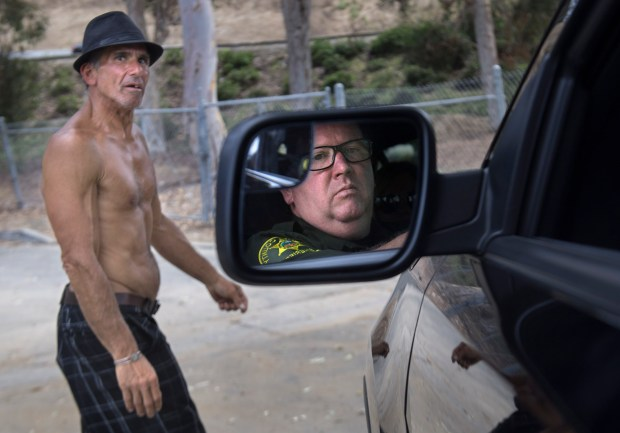 Jeffrey Barro, who has been homeless for eight years, chats with Sheriff Lt. Russ Chilton in Dana Point earlier this year. (Photo by Mindy Schauer, Orange County Register/SCNG)
