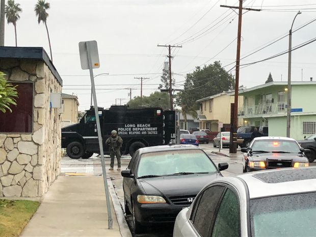 SWAT officers search a North Long Beach neighborhood early Monday, Jan. 8, 2017, during an investigation of a possible kidnapping. (Photo by Jeremiah Dobruck/Long Beach Press-Telegram)