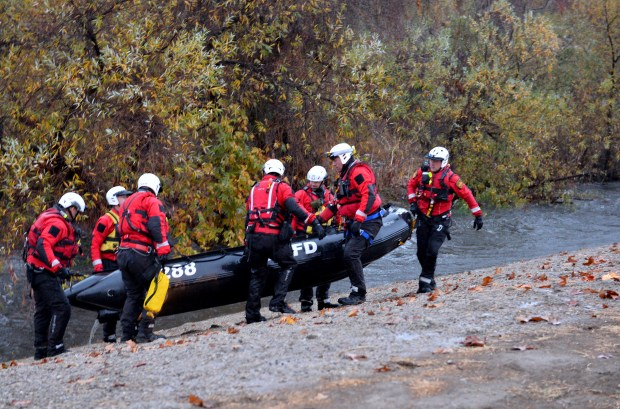 LAFD rescue team removes their boat after a swift water rescue in the Los Angeles River early Tuesday morning at Lake Balboa on Jan. 9, 2017. (Photo by Dean Musgrove, Los Angeles Daily News/SCNG)