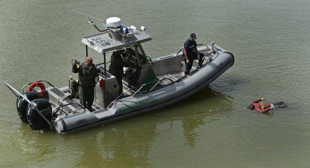 LWS101 - MCALLEN (EE.UU.), 28/2/2013.- Agentes de la Patrulla Fronteriza estadounidense y otras autoridades rescatan el cadáver de un hombre de las aguas del Río Grande hoy, jueves 28 de febrero de 2013, cerca a McAllen, Texas (EE.UU.). Las cerca de dos mil millas de la frontera estadounidense con méxico es la frontera internacional más frecuentemente cruzada en el mundo. EFE/LARRY W. SMITH