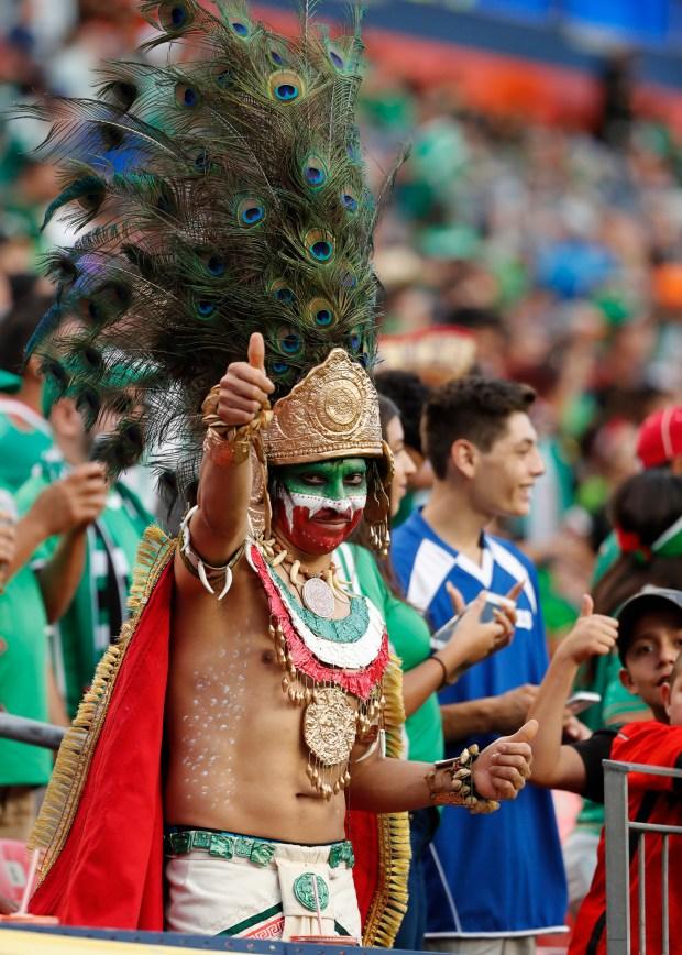 JME060. DENVER (CO, EE.UU.), 13/07/2017.- Un fanáticos de México anima hoy, jueves 13 de julio de 2017, en un juego de la Copa Oro entre México y Jamaica en Sport Authority Field en Denver (EE.UU.). EFE/JOSÉ MÉNDEZ