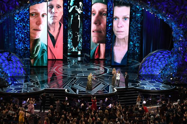 """US actress Frances McDormand (C) delivers a speech next to US actresses Jodie Foster (2ndR) and Jennifer Lawrence (3rdR) after she won the Oscar for Best Actress in """"Three Billboards outside Ebbing, Missouri"""" during the 90th Annual Academy Awards show on March 4, 2018 in Hollywood, California. / AFP PHOTO / Mark RALSTON (Photo credit should read MARK RALSTON/AFP/Getty Images)"""