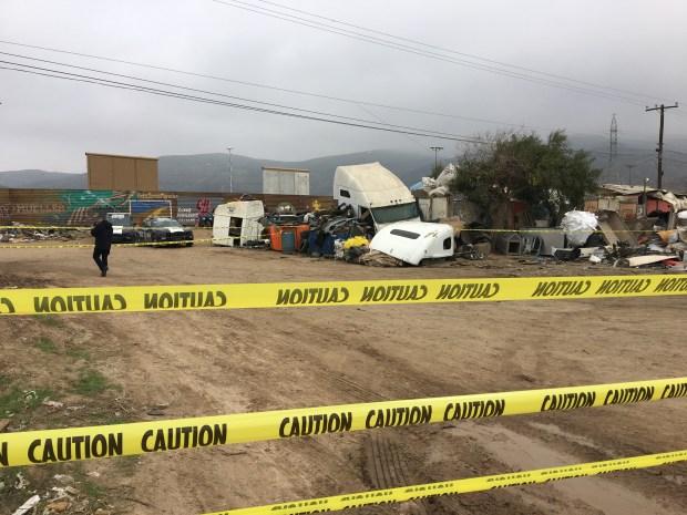 Pese a las restricciones que pusieron las autoridades mexicanas. varias personas lograron entrar a la zona en Tijuana desde donde se pueden ver los prototipos del muro fronterizo que Donald Trump visitó este martes. / Foto Karla Amezoa