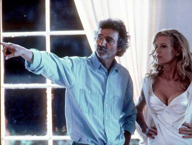 ORG XMIT: KRT6 KRT ENTERTAINMENT STORY SLUGGED: HANSON KRT PHOTOGRAPH BY MERRICK MORTON/WARNER BROTHERS (KRT6-September 19) Curtis Hanson directs Kim Basinger on the set of 'L.A. Confidential.' (KRT) AP, PL (hew511.22) 1997 (COLOR)