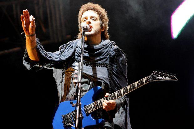 """BOG-07. BOGOTÁ (COLOMBIA), 24/11/07.- Gustavo Cerati, cantante de la agrupación argentina Soda Stereo, se presenta hoy, 24 de noviembre de 2007, en Bogotá (Colombia), durante el concierto que el grupo ofreció dentro de la gira """"Me verás volver"""". EFE/Leonardo Muñoz"""