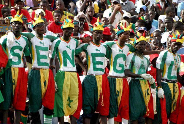 XKL14 - DAKAR (SENEGAL), 08/10/05.- Seguidores del equipo de fútbol de Senegal observan el partido de clasificación al Mundial Alemania 2006 jugado ante Mali hoy, sábado 8 de octubre, én Dakar (Senegal). Senegal se impuso a Mali 3 goles por 0. EFE/Pierre Holtz