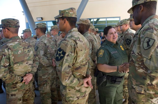 Gloria Chavez, jefa de la Patrulla Fronteriza de Estados Unidos del El Centro Sector, saluda a miembros de la Guardia Nacional durante una rueda de prensa para anunciar la llegada de 51 miembros de la Guardia Nacional que ayudarán a la patrulla fronteriza de El Centro Sector en labores de vigilancia en la frontera con México, lunes 14 de mayo de 2018, en Imperial, California (EE. UU.). EFE/David Maung