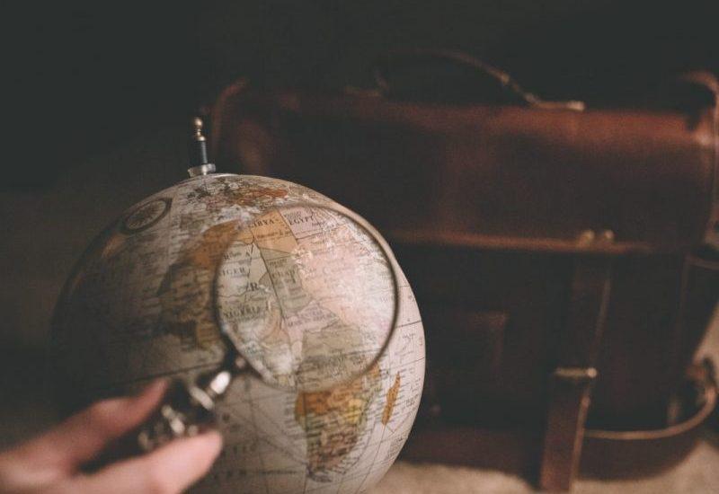 mappamondo e lente ingrandimento viaggi veri