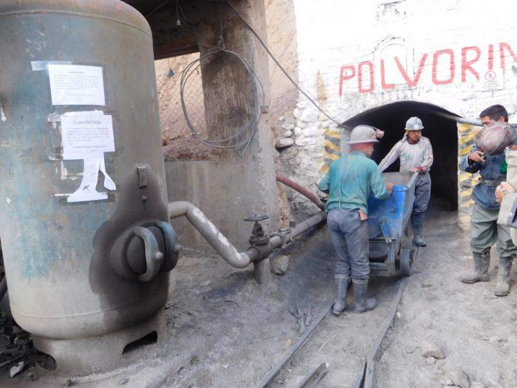minatori nella miniera di Potosi in bolivia sconfort zone