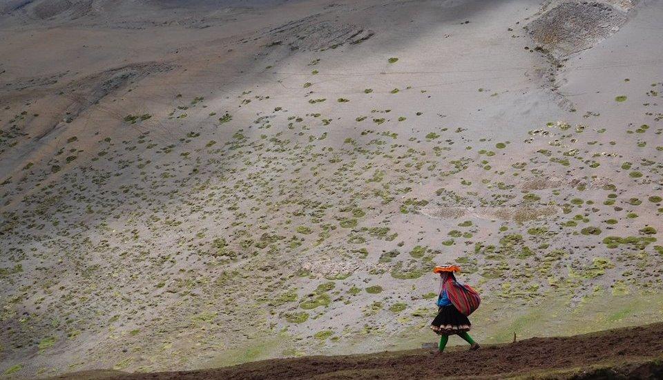 Donna quechua montagna arcobaleno arcoiris Perù