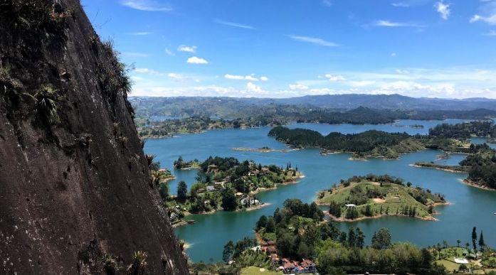 Panorama durante salita alla Piedra del Peñol Guatapè. Itinerario viaggio in Colombia