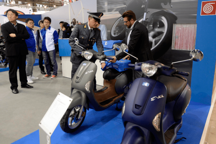 This photo of an officer and the Hyosung Eva suggests it was one of 11 models pulled from the EICMA floor this year due to its Vespa similarities. Source: Piaggio Group