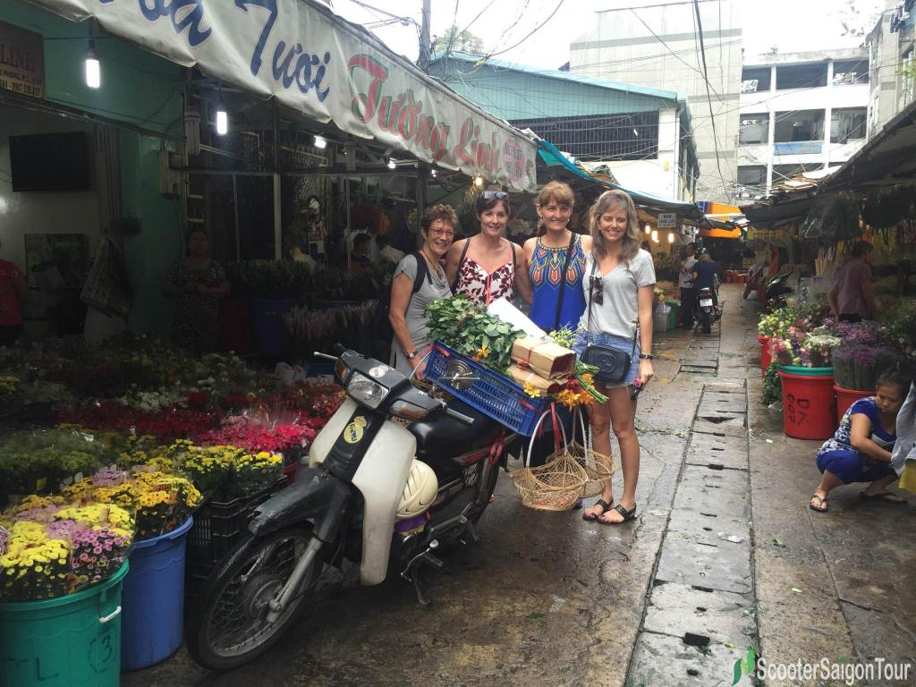 visiting-ho-thi-ky-flower-market-on-saigon-sightseeing-tour-and-street-foods