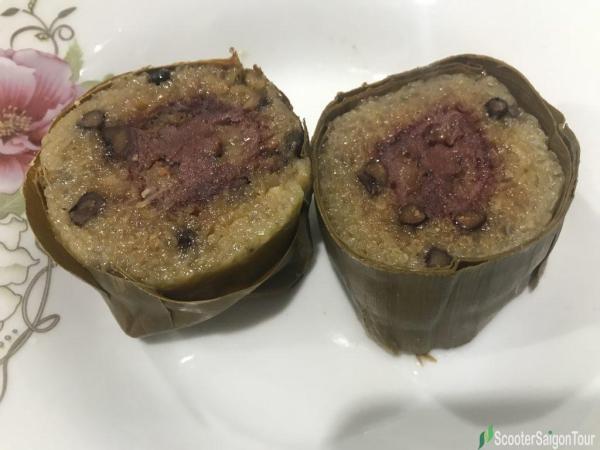 Cylindrical glutinous rice cake with banana