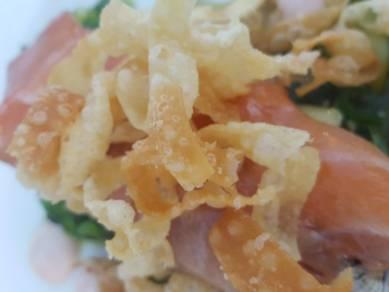 Starter of Wakame Seaweed Salad with Salmon Sashimi