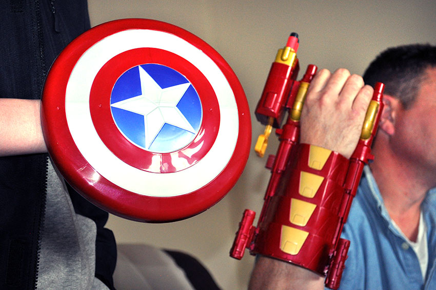 captain-america-nerf-gun-magnetic-shield-and-gauntlet2