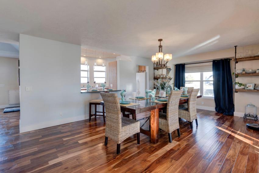 Gorgeous Walkout Ranch Home in-large-010-15-Dining Room-1500x1000-72dpi