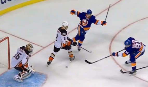 Isles' Clutterbuck Assists on Goal While Playing With Broken Stick