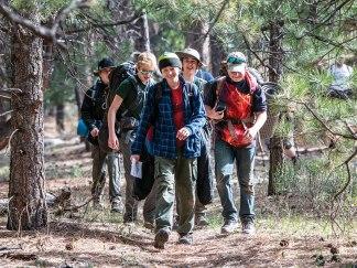 Patroli mendaki ke stasiun Tantangan Survivorman, di mana mereka akan diuji tentang pengetahuan bertahan hidup di alam liar.