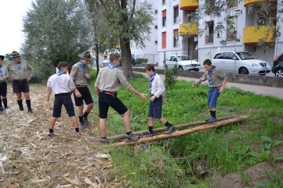 I novizi del Riparto di Tavernelle superano il ponte aiutati dai capi squadriglia.