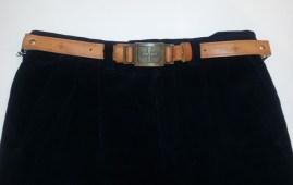 Pantaloni di velluto blu a coste con cintura in pelle e fregio