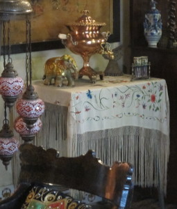 A table covered with a manton, an embroidered fringed shawl worn by flamenco dancers, and at the Feria de Abril.