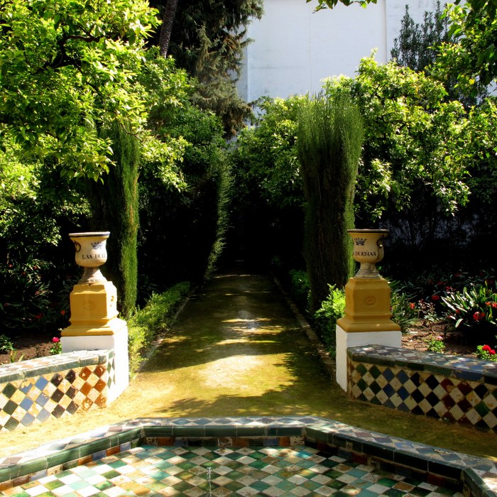 The Patio del Limonero, with the ceramic jars bearing the palace's name.