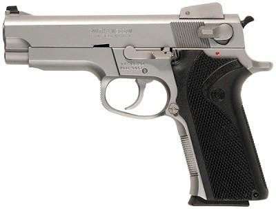 Inaugurant la 3ième génération des pistolets Smith & Wesson, le S&M 4006 est présenté en janvier 1990. Il s'agit là d'une pistolet semi-automatique double action en acier inoxydable, de calibre 40 S&W. Il dispose d'un canon de 4 pouces, soit 102 millimètres pour une longueur totale de 191 millimètres et un poids de 1058 grammes. Son chargeur contient 11 cartouches seulement.
