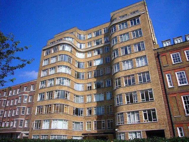 Florin Court représente Whitehaven Mansions, la résidence d'Hercule Poirot