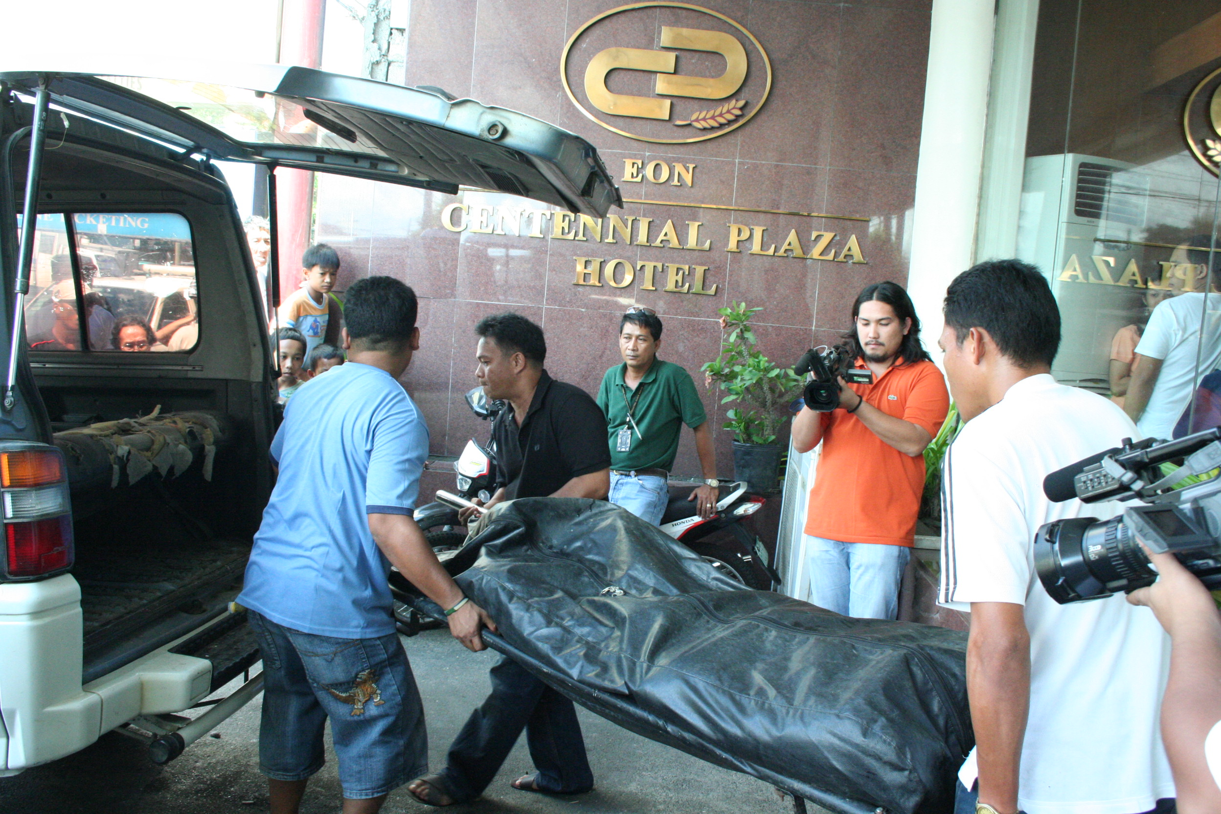 PERSONNEL of a funeral parlor move the body of foundation official Epi Ramos from the premises of Eon Centennial Plaza Hotel. (FAA)