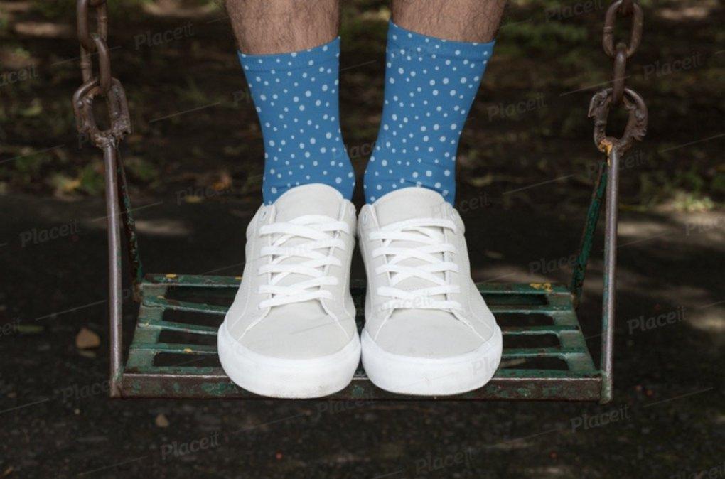 Maquette de chaussettes sublimée avec un homme debout sur une balançoire