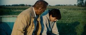 """Clark Kent conversando com seu pai, Jonathan Kent, no filme """"Homem de Aço"""" de 2013."""