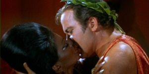 Uhura beija Kirk em Star Trek: a série original