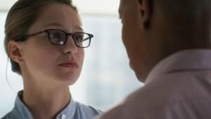 Kara e James Olsen, no episódio 2 de Supergirl.