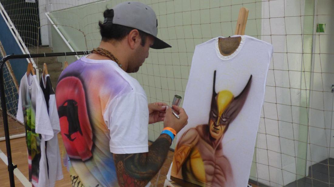 Pintura à jato em camisetas - Foto dos Organizadores